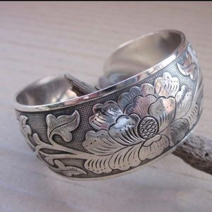 Jewelry - New pretty flower carved totem bangle